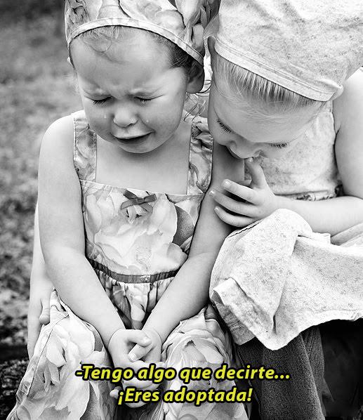 Niña consolando a otra niña llorando