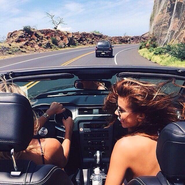 Chicas en un carro en la carretera