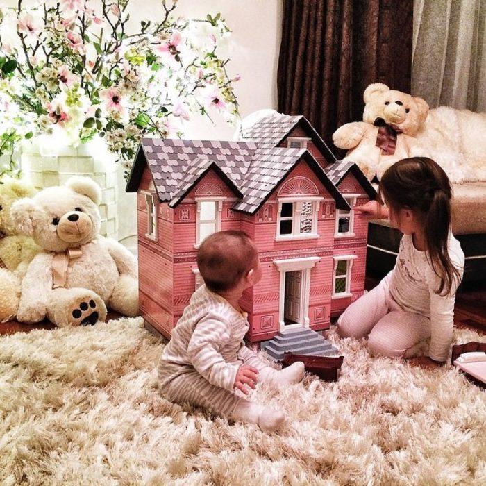 Niñas jugando a la casita