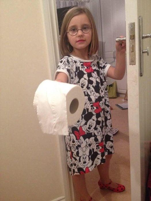Niña llevando papel al baño