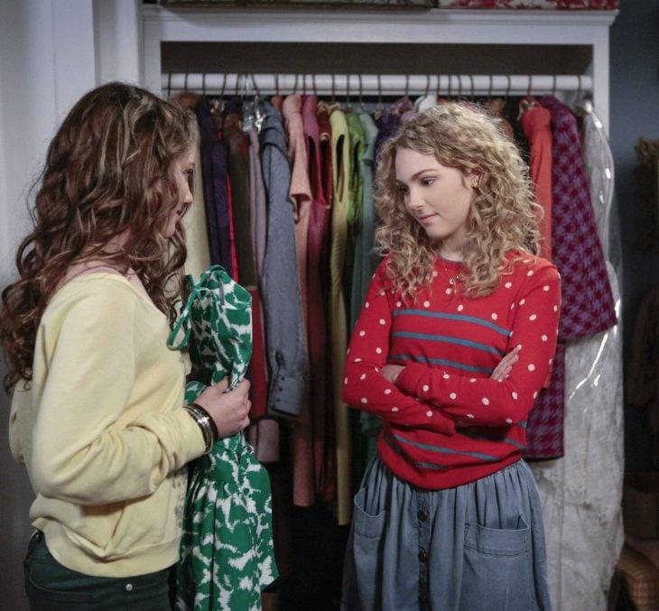 Hermanas compartiendo ropa