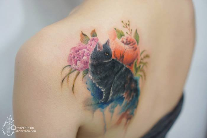Tatuaje de acuarela en forma de gato azul colocado en la espalda