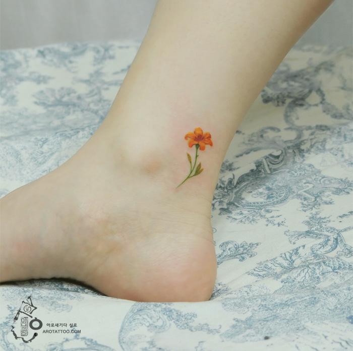Tatuaje de acuarela en forma de flor de naranja
