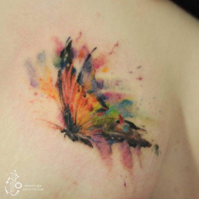 Tatuaje de acuarela en forma de mariposa
