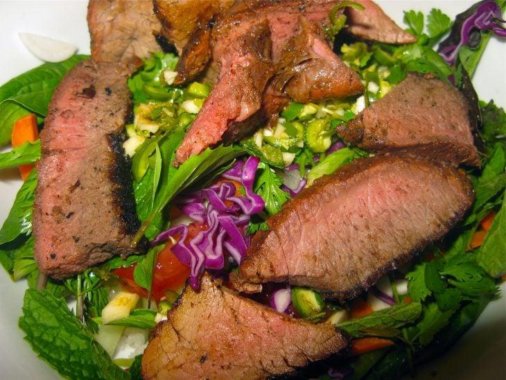 ensalada con trozos de carne asada