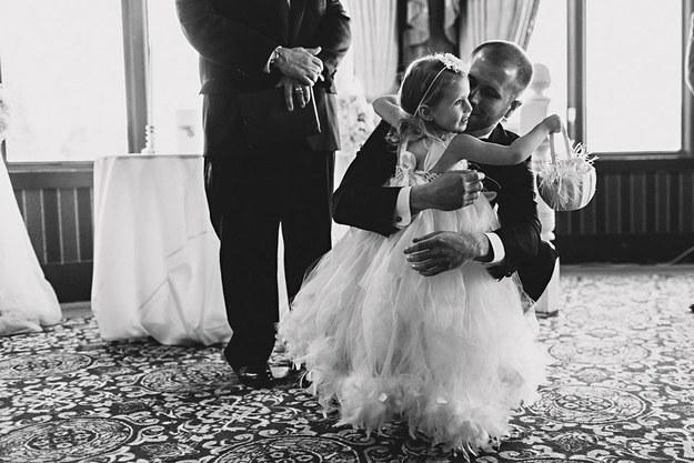 Brian Scott abrazando a su hija Brielle el día de su boda