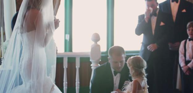 Brian Scott el día de su boda hablando con su hija Brielle