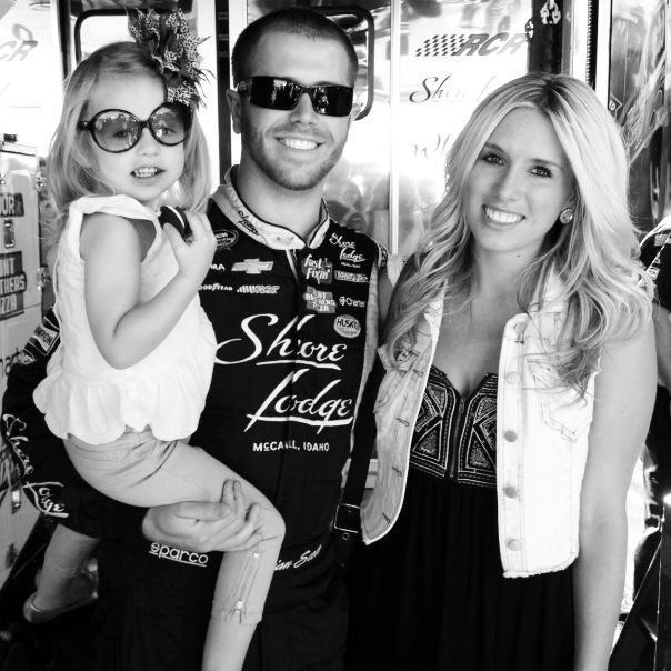 Piloto de la Nascar Brian Scott junto a su novia Whitey y su hija Brielle