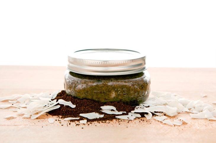 Exfoliante natural hecho con coco y café