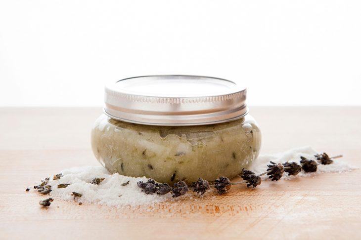 Exfoliante natural hecho a base de lavanda, sal de mar y jugo de uva