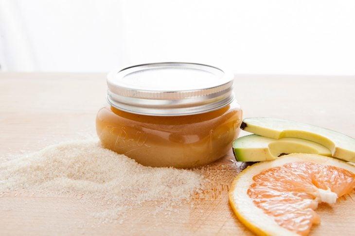 Exfoliante natural hecho con azúcar y toronja