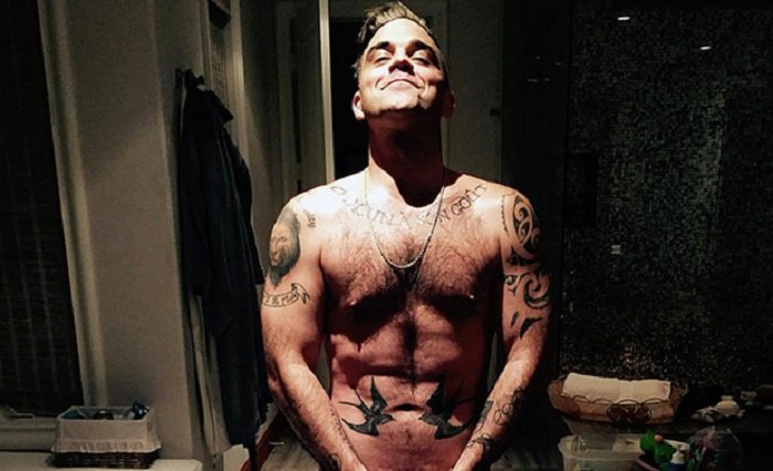 robbie williams sin camisa