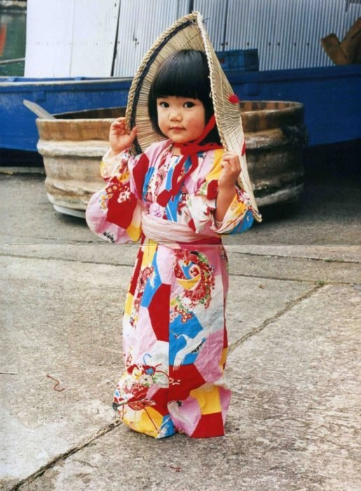 Kotori Kawashima fotografiando a una niña mientras usa un kimono