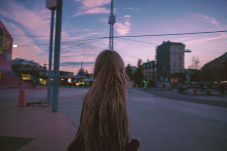 Chica caminando en la calle