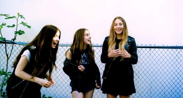 tres chicas riendo en una cerca hermanas amigas