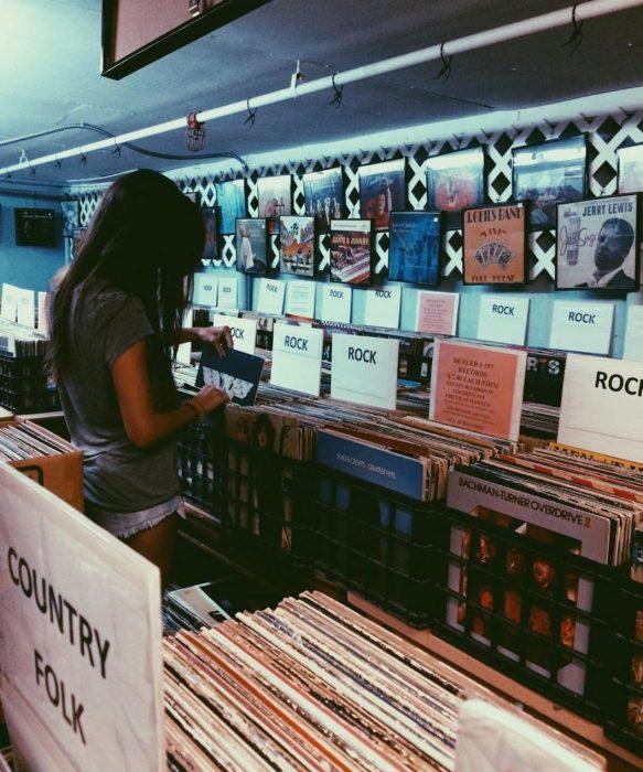 chica sola buscando vinly discos