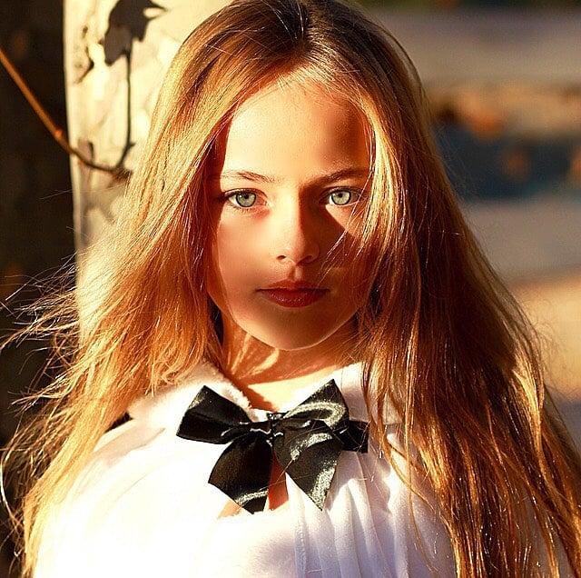 Kristina Pimenova la niña más bonita del mundo posando para una sesión de fotografías en el sol