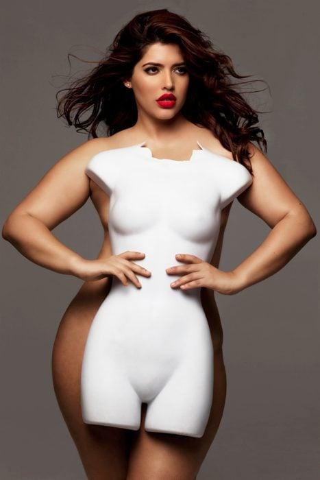 Denise Bidault modelo de tallas grandes posando con un maniquí frente a ella