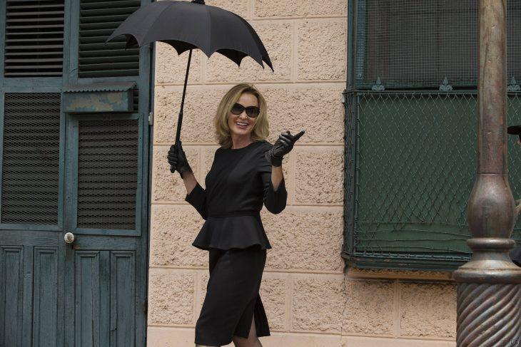 Chica con paraguas vestida de negro