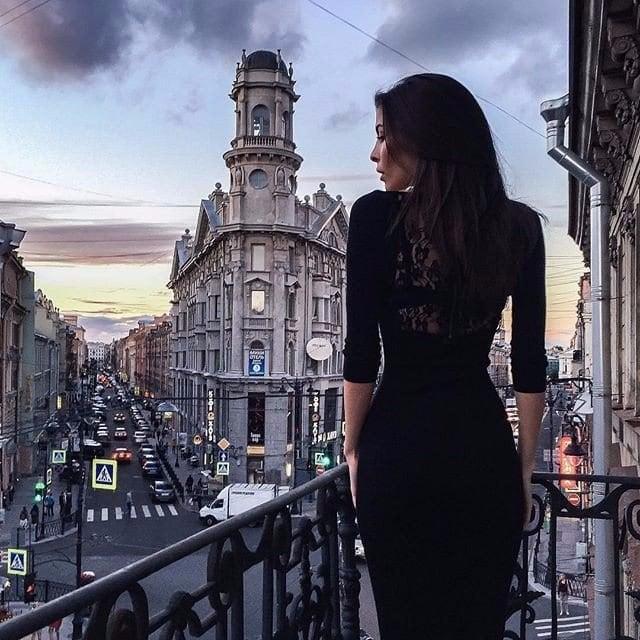 Chica vestida con un vestido negro elegante