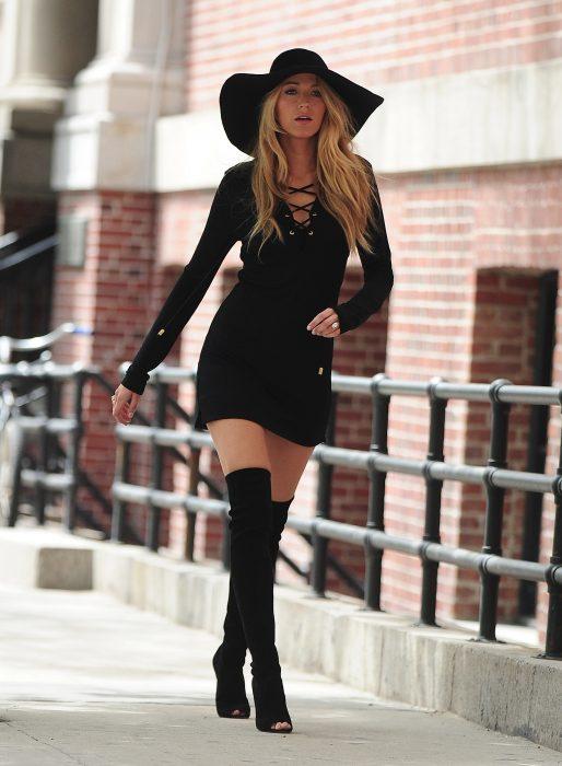 Chica vestida de negro caminando
