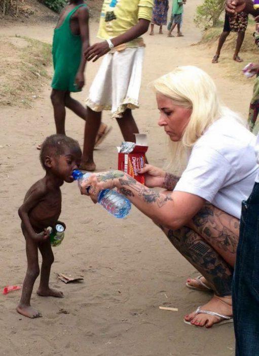 Niño rescatado en Nigeria bebiendo agua