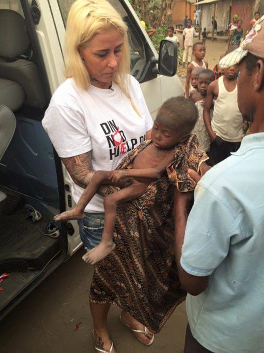 Niño rescatado en nigeria en brazos de una voluntaria