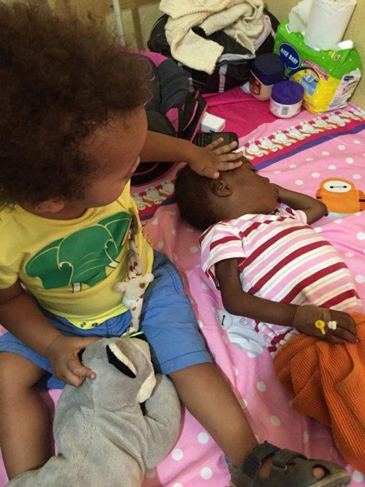Niño rescatado siendo atendido en el hospital