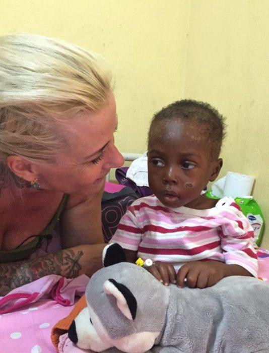 Niño rescatado y voluntaria