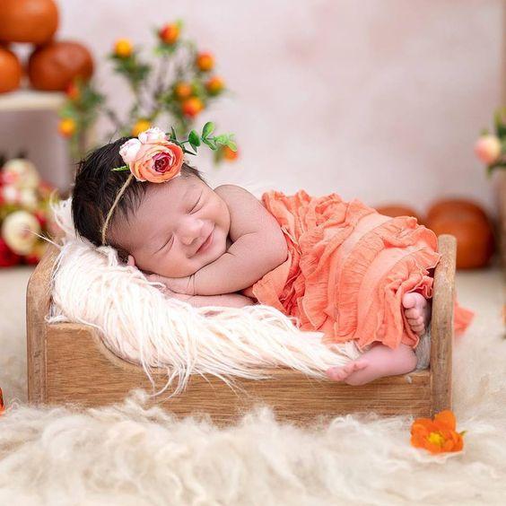 Bebé recién nacida acostada sonriendo