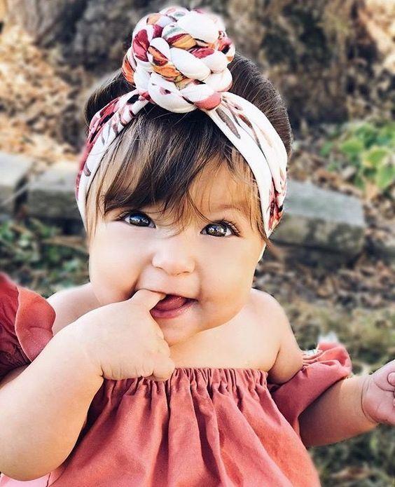 Bebé de ojos claros chupando su deco