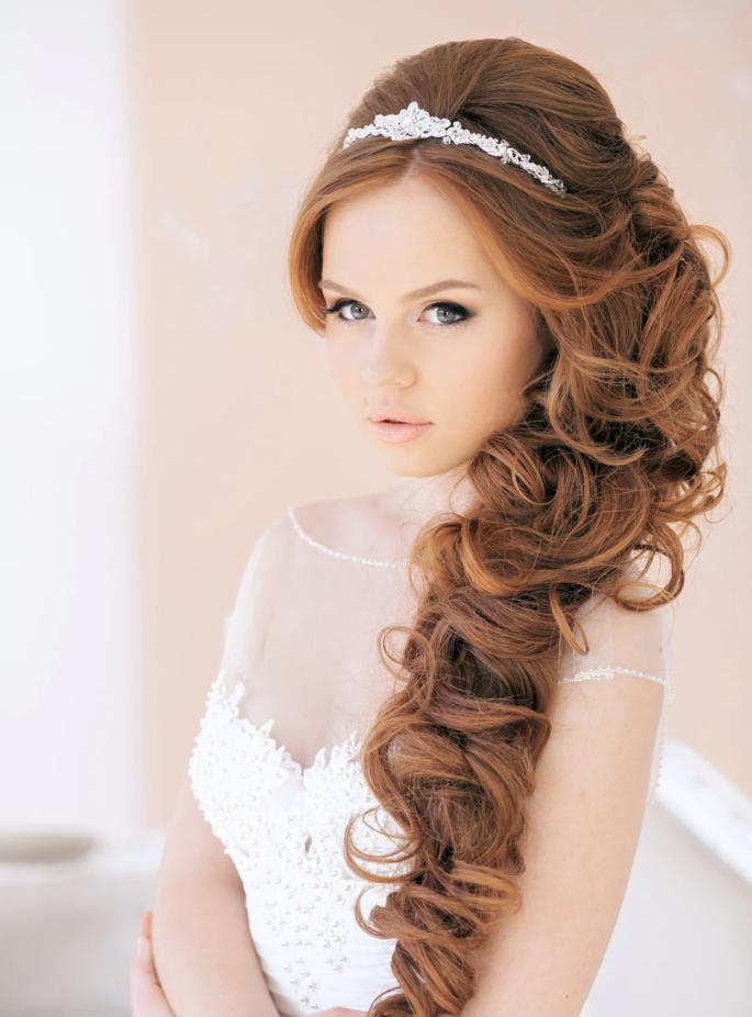 Peinados para el día de tu boda, chica usando el pelo en rulos de lado
