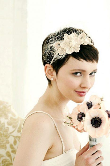 Peinados para el día de tu boda chica con cabello corto usando una diadema