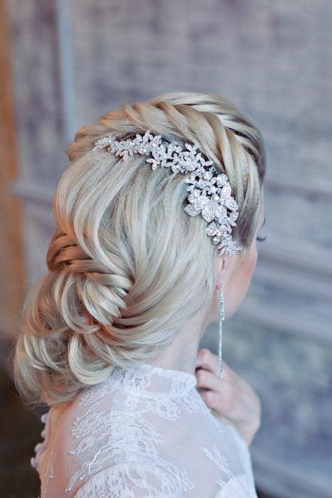 Peinados para boda, chica con una trenza cola de pez y un accesorio