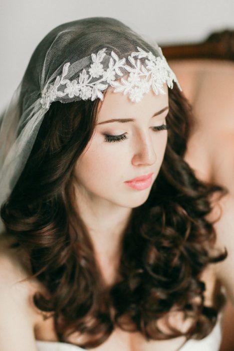 Peinados para el día de tu boda chica usando el cabello suelto con un velo largo
