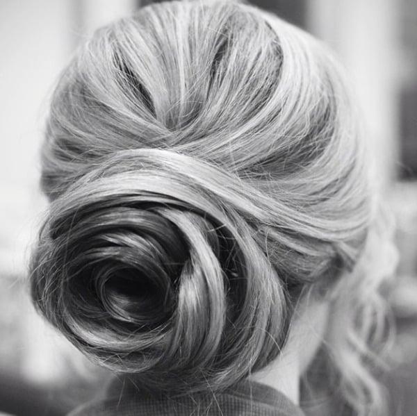 Peinados para el día de tu boda. Chica con el cabello formando una rosa