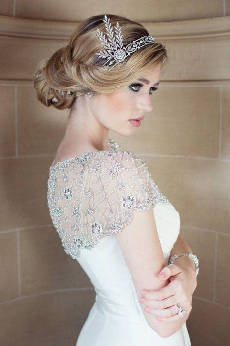 Peinados para el día de tu boda chica usando un accesorio de cristal y diamantes en su cabello