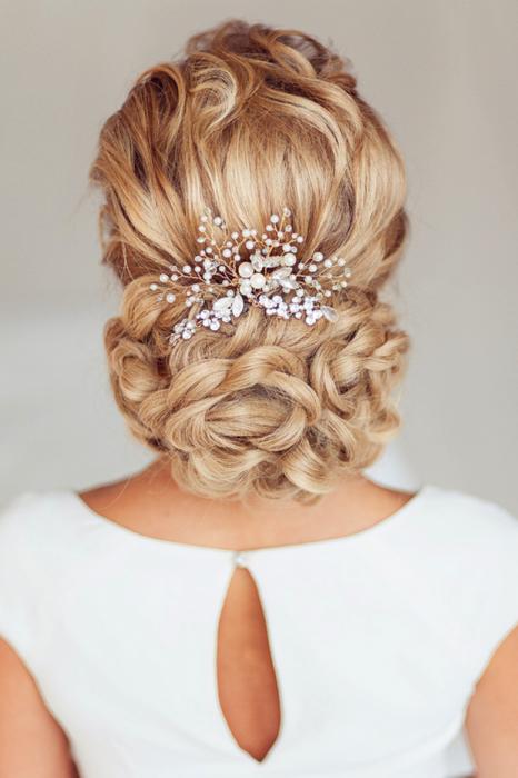peinados para el día de tu boda Chica un chongo bajo y accesorios de piedras que forman una cascada