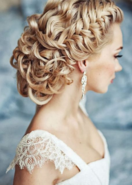 Peinados para el día de tu boda, chica con dos trenzas laterales en forma cola de pez sujetadas en un chongo
