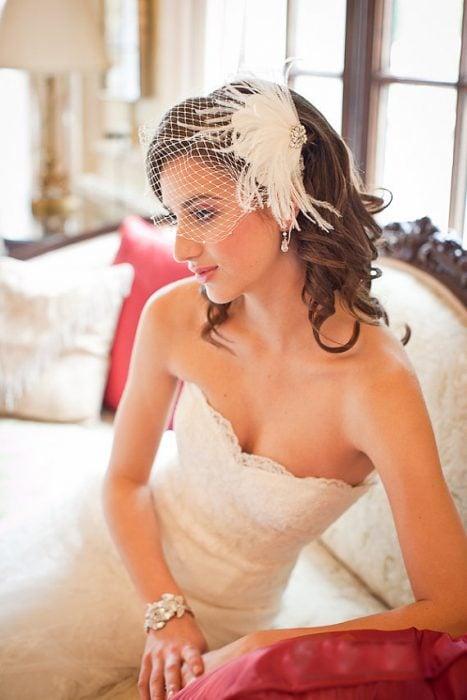 Peinados para el día de tu boda, chica con un velo pequeño frente a su rostro