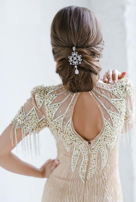 Peinados para boda. Chica con un peinado clásico usando un accesorio