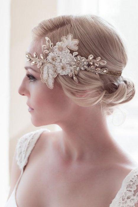Peinados para el día de tu boda chica usando un accesorio en forma de flores