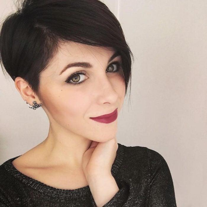 Chica con el cabello en corte pixie