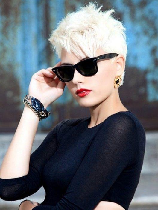 Chica con el cabello en corte pixie y en color platinado mientras usa lentes de sol
