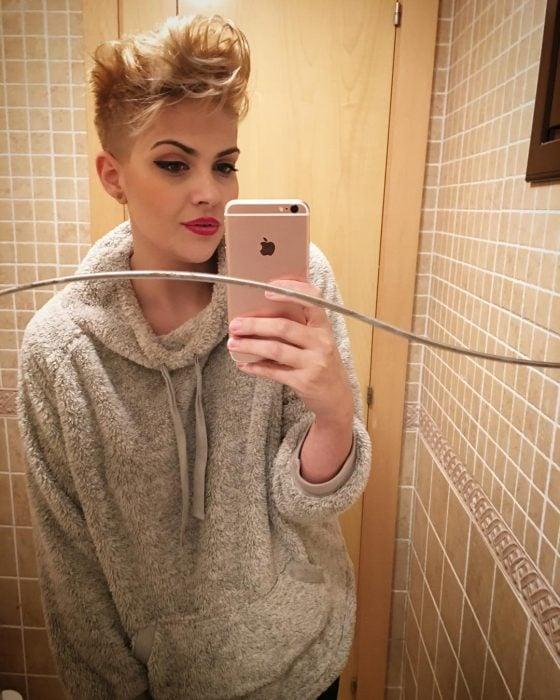 Chica en el baño de una habitación tomándose una selfie