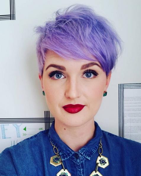 Chica con el cabello en corte pixie y de color morado