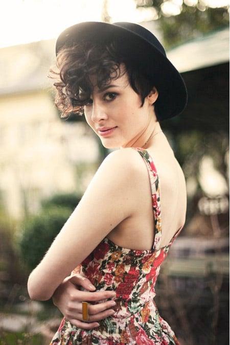 Chica usando un sombrero con el cabello en corte pixie