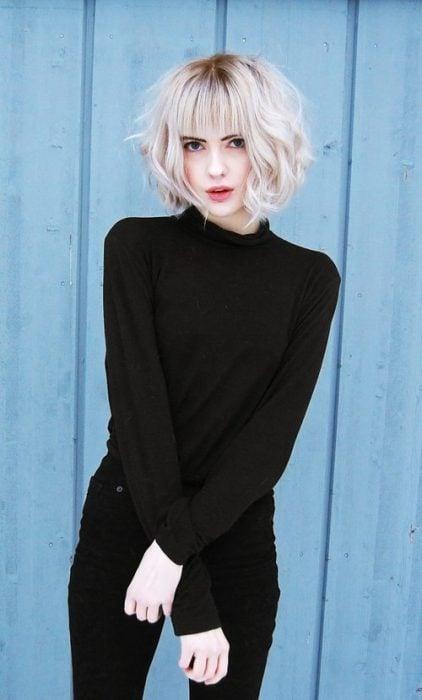 Chica rubia con el cabello en corte bob con ondas