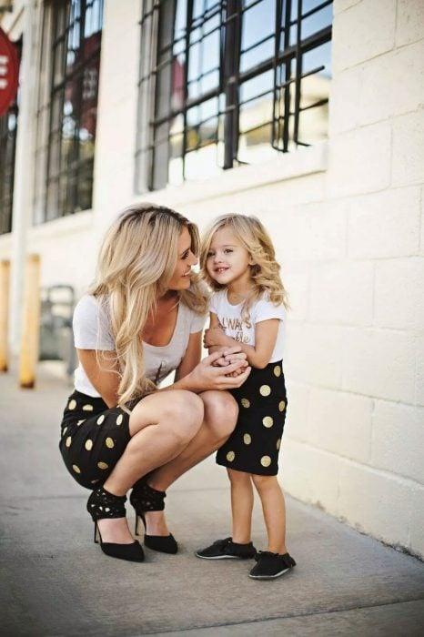 Niña junto a su mamá vestidas de la misma manera