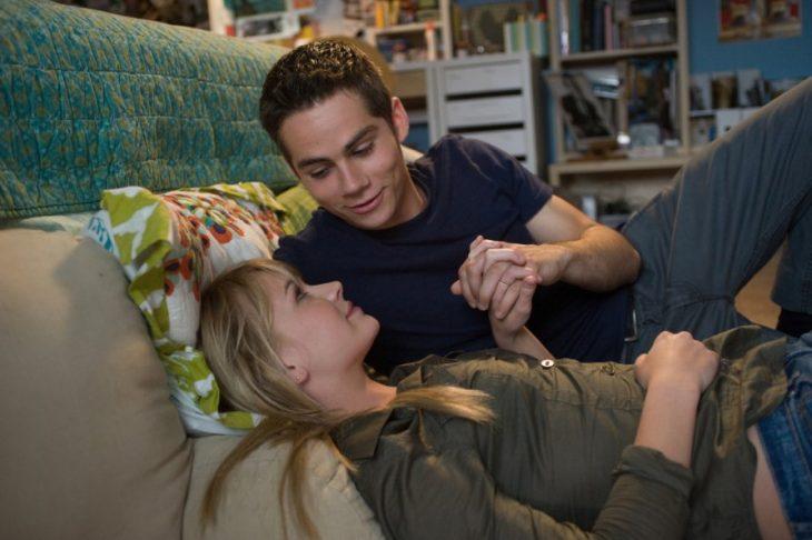 Escena de la película the first time. Pareja de novios recostados en la cama